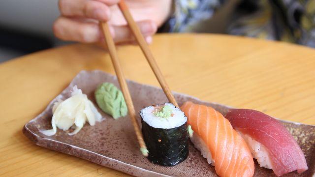 how to eat sushi properly wasabi